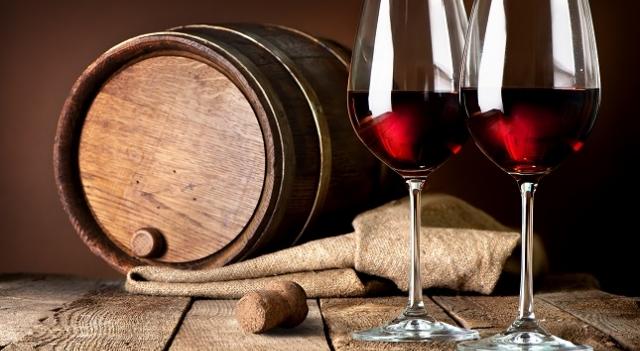 vins servis sur une table en bois